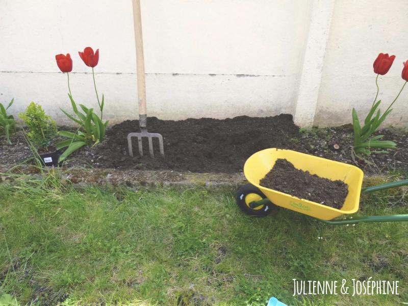 astuce avec tutoriel permettant de ne plus marcher dans les crottes de chat dans son jardin